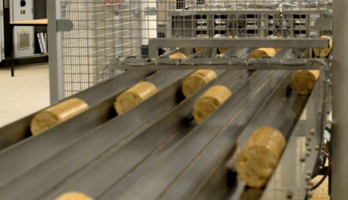 Aligning of briquettes before the packaging machine