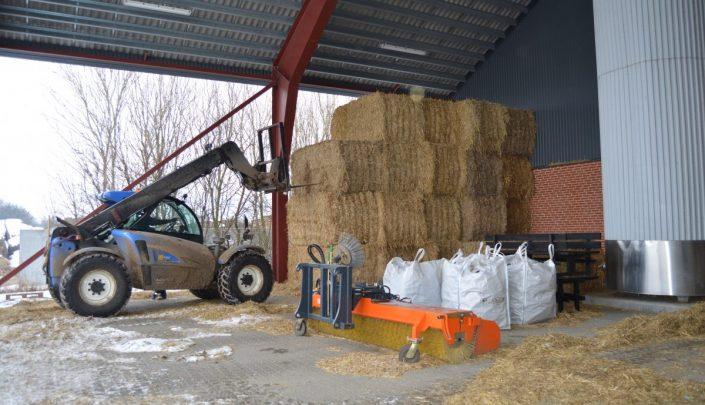 Transporting straw bales