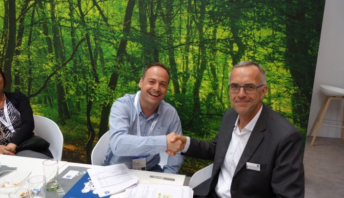 Signing of contract at Ligna 2019. To the left: Alfons Ganzer, Technical Manager at Meissnitzer Massivholzmauer. On the right: Regional Sales Manager at C.F. Nielsen, Henrik B. Christiansen